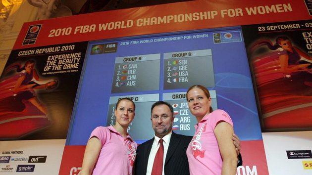 Kateřina Elhotová (vlevo), trenér Lubor Blažek (uprostřed) a Markéta Bednářová - archivní foto