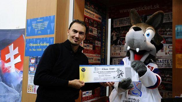 Miroslav Šatan s maskotem a symbolickou vstupenkou na MS 2011