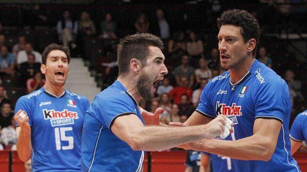 Italští volejbalisté se radují z postupu do finále ME.