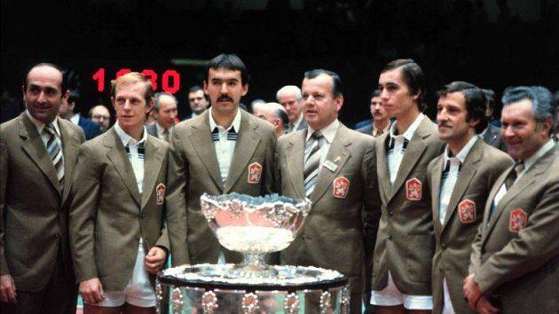 S vítěznou trofejí se zvěčnili (zleva) trenér Pavel Korda, Pavel Složil, Tomáš Šmíd, nehrající kapitán Antonín Bolardt, Ivan Lendl, Jan Kodeš a masér Josef Stejskal.