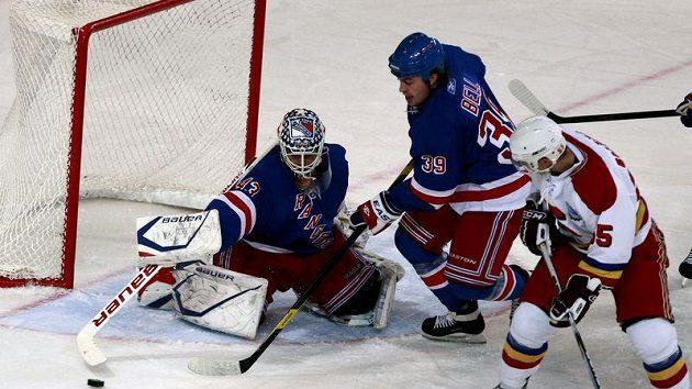 Brankář New York Rangers Martin Biron zasahuje v utkání se Spartou.