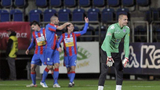 Fotbalisté Plzně oslavují, gólman Slovácka Miroslav Filipko mnoho důvodů k úsměvu nemá.