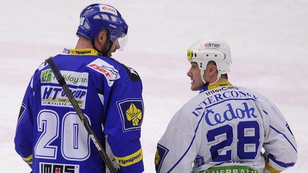 Dva kapitáni. Plzeňský Martin Straka (vpravo) a brněnský Jiří Dopita se utkali v boji o předkolo play-off. Plzeň si nakonec postup do vyřazovací části pojistila, Brno čeká.