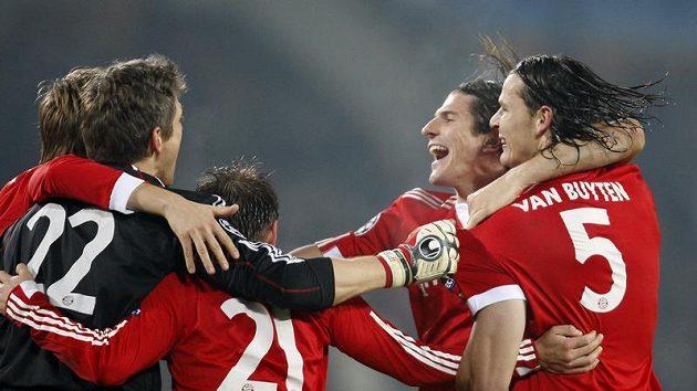 Fotbalisté Bayernu Mnichov se radují z postupu do osmifinále Ligy mistrů.