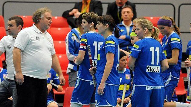 Trenér českých florbalistek Jaroslav Marks (vlevo) se svými svěřenkyněmi