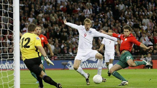 Útočník Peter Crouch (uprostřed) si v soukromí vstřelil gól do vlastní branky...