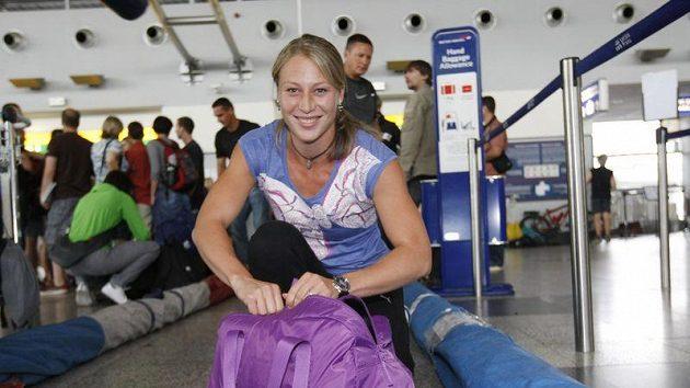Jiřina Ptáčníková při odletu české atletické výpravy na MS v Tegu.