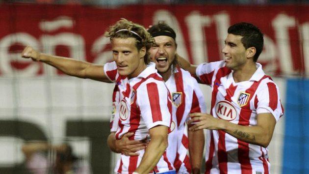 Tomáš Ujfaluši (uprostřed) i Diego Forlán (vlevo) možná zakotví v Turecku.
