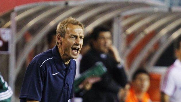 Jürgen Klinsmann při své premiéře na lavičce USA během přátelského duelu s Mexikem.
