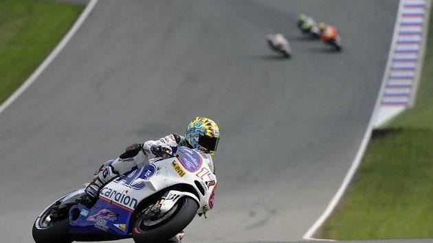 Karel Abraham s motocyklem Ducati při kvalifikaci třídy MotoGP na brněnském okruhu.