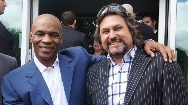 Mike Tyson (vlevo).