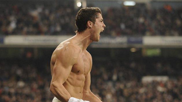 Cristiano Ronaldo oslavuje se svlečeným dresem svůj gól proti Almerii