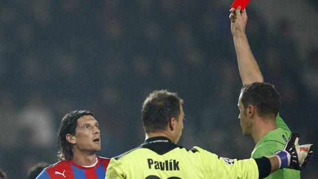 Marian Čišovský nevěřícně hledí na červenou kartu v ruce rakouského rozhodčího Roberta Schörgenhofera.