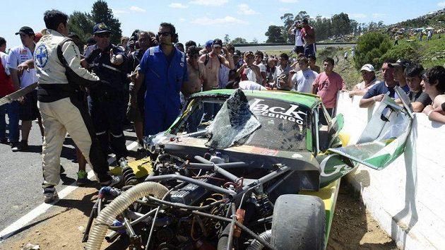 Záchranáři kolem zničeného vozu Falaschiho