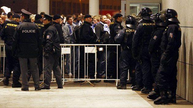 Policisté dohlížejí na fanoušky. Ilustrační foto.