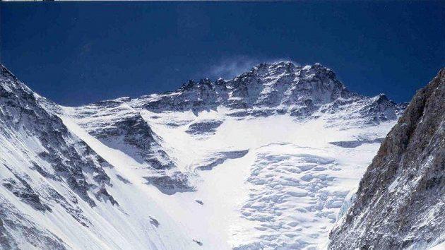 Západní stěna Lhoce při pohledu od ledopádu Khumbu.