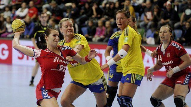 Iveta Luzumová (vlevo) se snaží prosadit přes Wibergovou ze Švédska