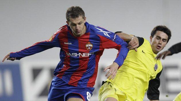 Tomáš Necid v dresu CSKA Moskva (vlevo) v těsném souboji se sparťanem Kamilem Vackem.