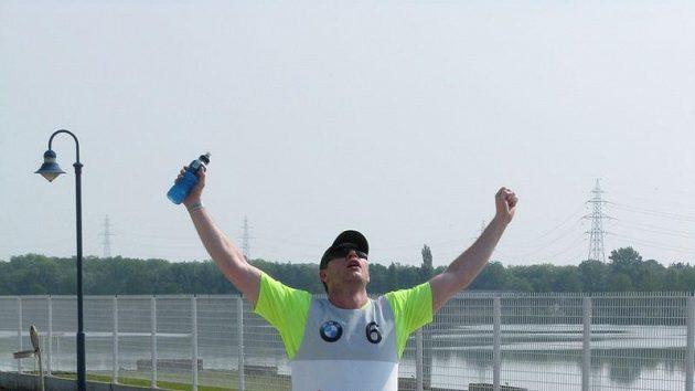 David Salomon v cíli po úvodním běhu na BMW X3 Games
