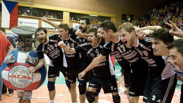 Volejbalisté Českých Budějovic oslavují po vítězství nad Ostravou zisk mistrovského titulu.