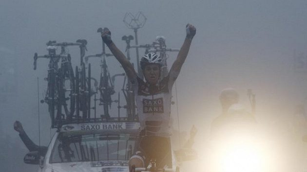 V mlze a asistence reflektorů dojížděl do cíle první horské etapy na Giro d'Italia dánský vrchař Chris Sörensen.