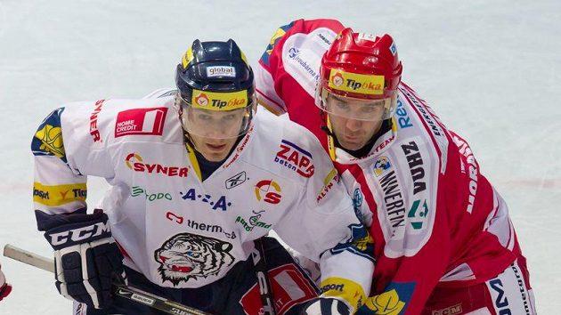 Útočník Liberce Dalibor Bortňák (vlevo) a třinecký útočník Radek Bonk v utkání 14. kola hokejové extraligy.