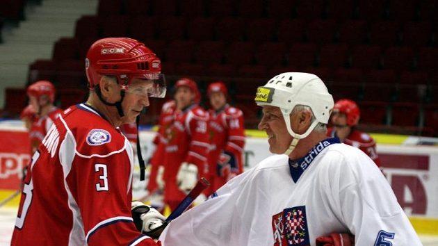 Přátelské setkání na ledě v podání Milana Chalupy (vpravo) a Vladimíra Lutčenka.