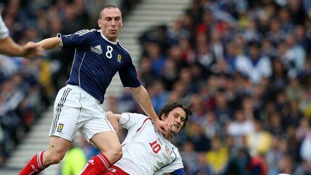 Český kapitán Tomáš Rosický (vpravo) v souboji se skotským protivníkem Scottem Brownem.
