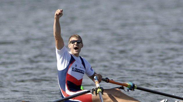 Skifař Ondřej Synek oslavuje vítězství