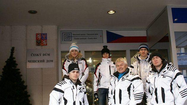 Členové Novis týmu před Českým domem v Moskvě
