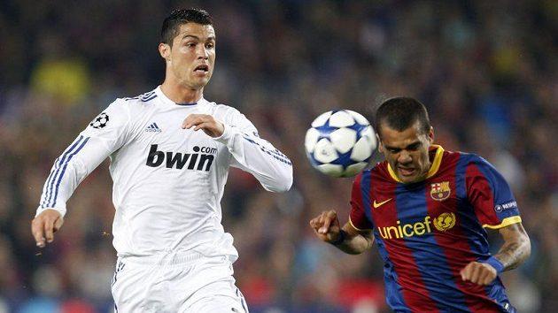 Barcelonský Dani Alves odhlavičkovává míč před Cristianem Ronaldem z Realu Madrid v odvetě semifinále Ligy mistrů.