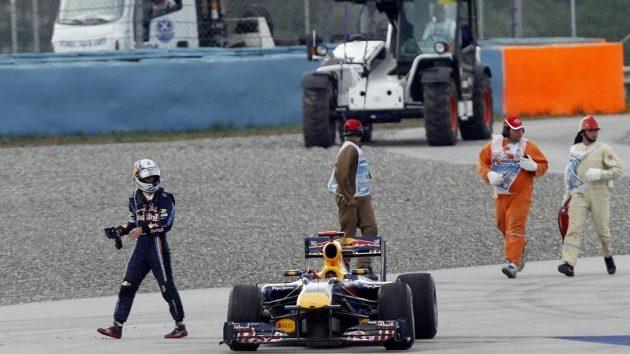 Naštvaný Sebastian Vettel odchází od nepojízdného vozu Red Bull.