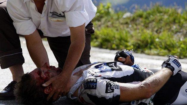 Cyklista Jens Voigt po pádu během šestnácté etapy Tour de France