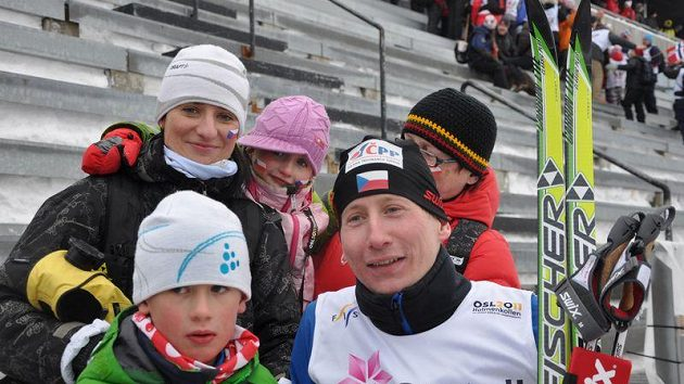 Lukáš Bauer s nejbližšími - synem Matyášem, dcerou Anetou, manželkou Kateřinou a maminkou