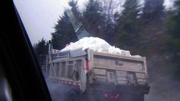 Náklaďáky zásobují sněhem Cypress Mountain.