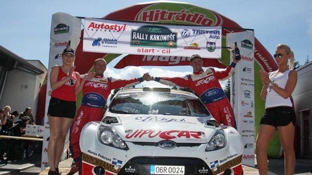Martin Prokop (vpravo) s navigátorem Janem Tománkem si užívají vítězství v cíli Rally Krkonoše.