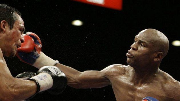 Boxer Floyd Mayweather Jr. zasazuje úder svému soupeři Marquezovi