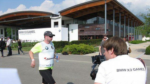 David Salomon před areálem v Divonne-les-Bains, základnou BMW X3 Games