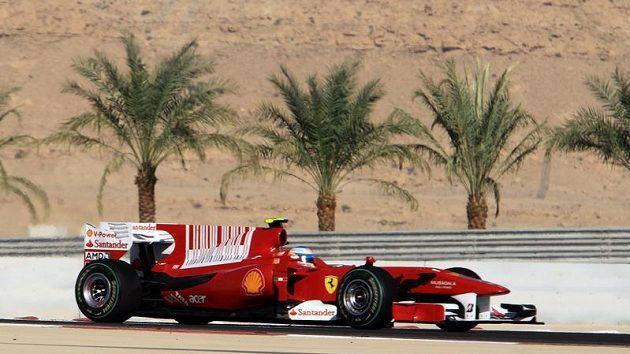 Fernando Alonso s vozem Ferrari při Velké ceně Bahrajnu.