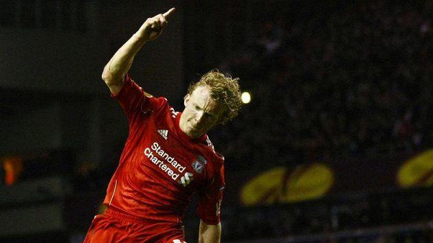 Útočník Liverpoolu Dirk Kuijt zařídil z penalty vyrovnání.