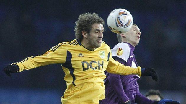 Marko Devic z Charkova (vlevo) bojuje o míč s Kleinem z Austrie Vídeň