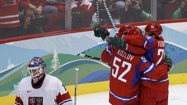 Hokejisté Ruska blahopřejí svému spoluhráči Viktoru Kozlovovi (č. 52) k vstřelení branky do sítě Tomáše Vokouna.