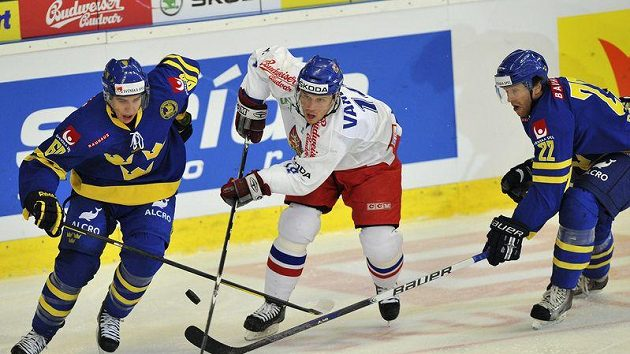 Petr Vampola (uprostřed se probíjí mezi dvojicí švédských hráčů (vlevo) Mikael Backlund a David Petrasek na Českých hrách v Brně.