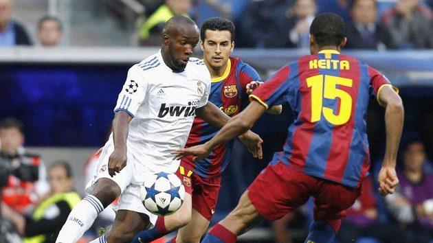 Lassan Diara z Realu bojuje o míč s barcelonským Pedrem Rodriguezem.