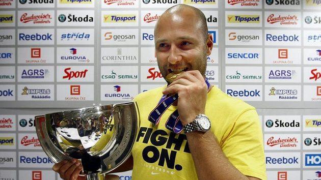 Tomáš Vokoun s pohárem a zlatou medailí z MS.