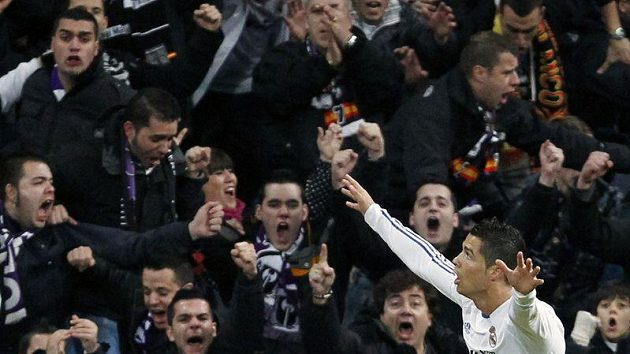 Cristiano Ronaldo oslavuje s fanoušky Realu Madrid vstřelenou branku.