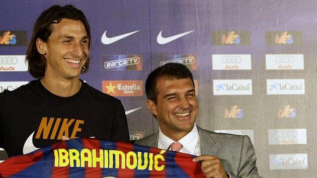 Prezdient Barcelony Joan Laporta (vpravo) představuje novou posilu - Zlatana Ibrahimoviče