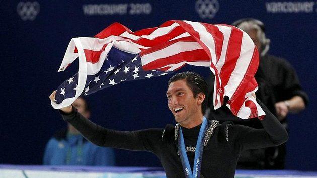 Americký krasobruslař Evan Lysacek se raduje z titulu olympijského vítěze.