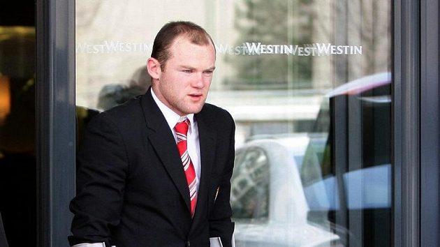 Útočník Manchesteru United Wayne Rooney opouští nemocnici v Mnichově.