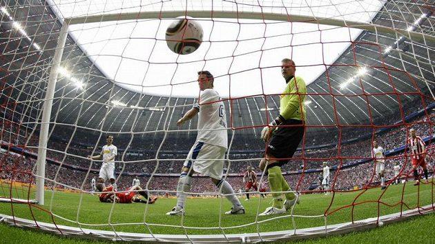 Thomas Müller z Bayernu Mnichov (na zemi) právě dal jeden ze svých tří gólů Bochumi.